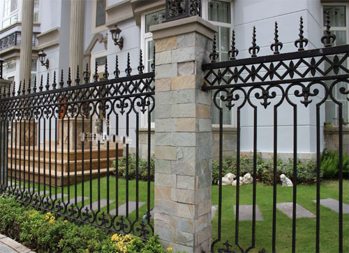 Kết hợp giữa tường xây ở độ cao vừa phải và các hàng rào săt