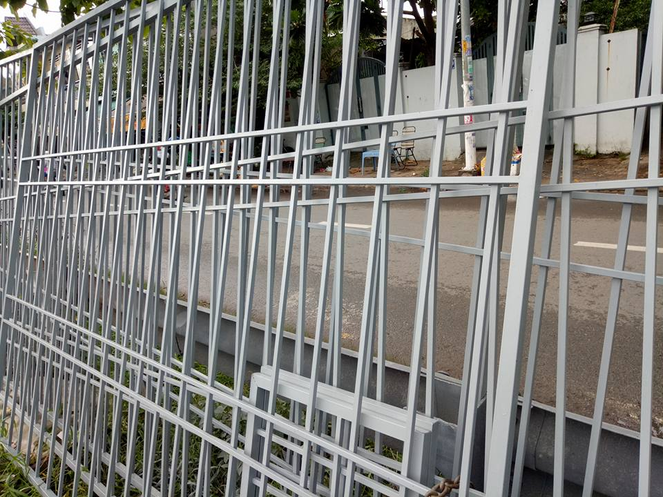 Khung bảo vệ sân thượng được thi công tại xưởng
