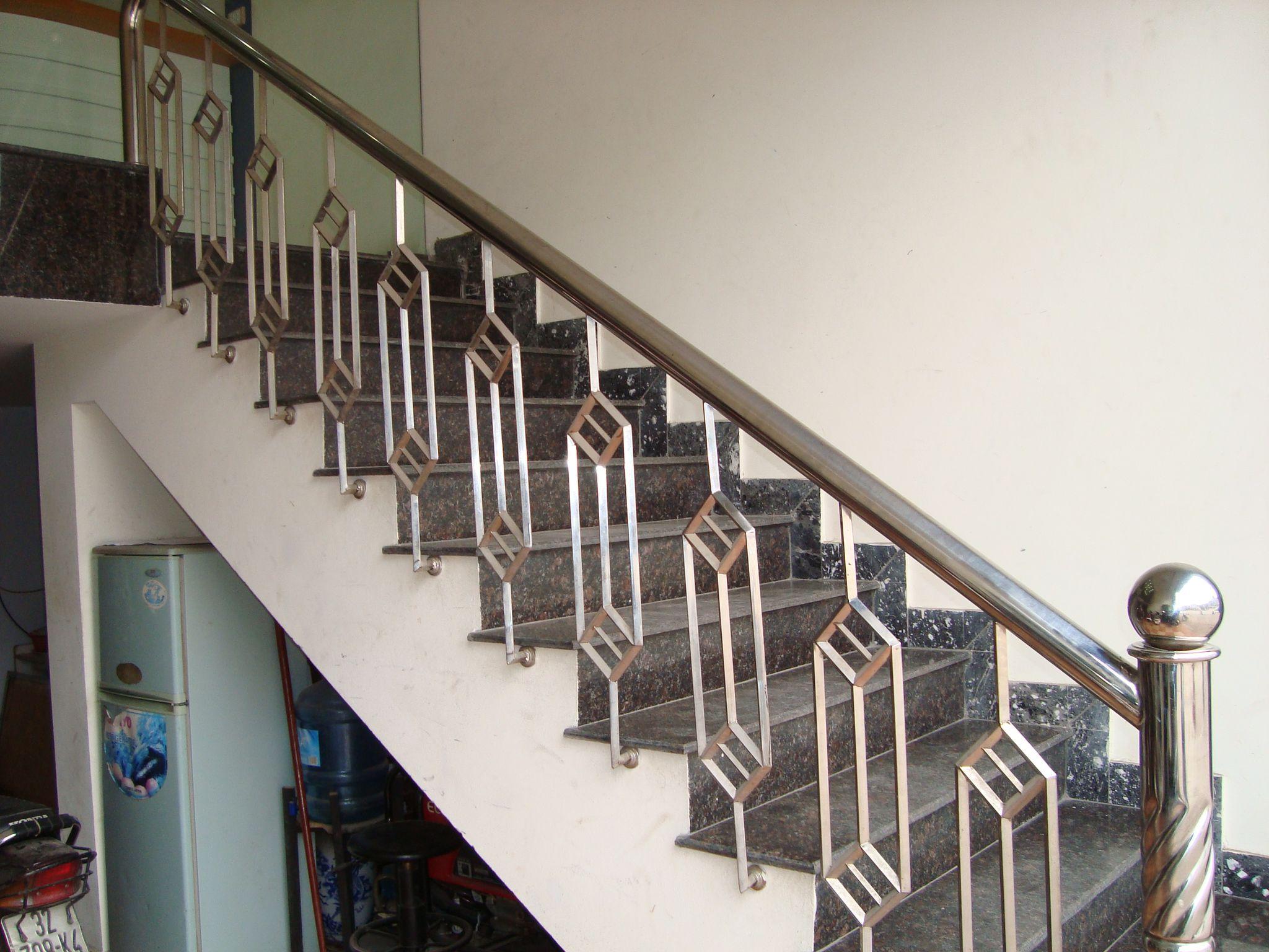 Mẫu cầu thang inox 05